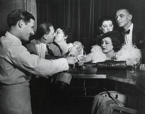 Kiki dans un bar, Montparnasse, 1931 - Brassai