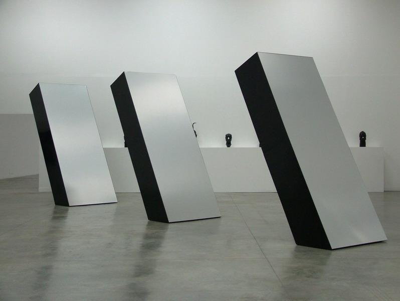 Three elements ronald bladen for Minimal art installation